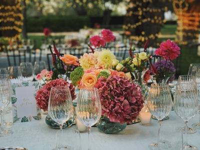 Los centros de mesas para bodas que más gustan a las floristas están llenos de colo